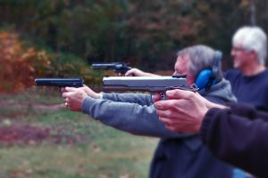 Schützen beim Sportschießen mit Pistole und Revolver